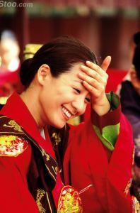 הזמרת סוּמִי ג'וֹ בתפקיד המלכה מין