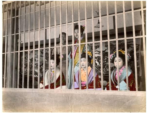 זונות מוצגות לראווה כלואות ברובע יושיווארה. האם מדובר בעבדות?
