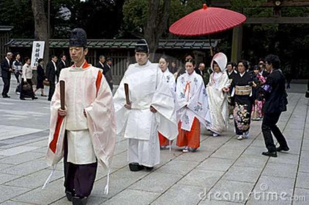 """חוזרים לשורשים - חתונה שינטואיסטית """"מסורתית"""" במקדש מייג'י, טוקיו"""