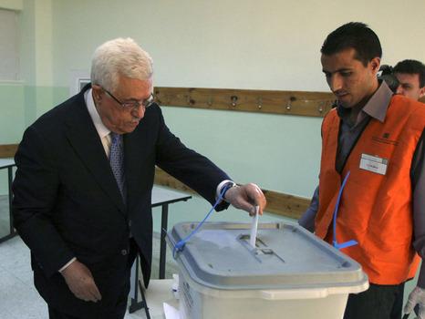 למי יצביעו הפלסטינים? אבו מאזן מצביע בבחירות בגדה