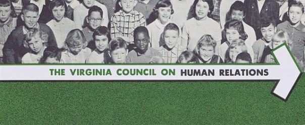 """פוסטר של """"מועצת וירג'יניה ליחסי אנוש"""", ארגון אנטי-גזעני ששימש כבסיס לתיאור הדמיוני ביומנים"""