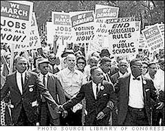 """ההפגנות נגד ה""""ארגון"""" ביומני טרנר מבוססות ככל הנראה על מחאת ההמונים של התנועה לזכויות האזרח, כאן עם מרטין לותר קינג ב""""מצעד על וושינגטון"""""""