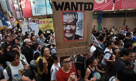 הפגנות בהונג-קונג נגד סין. לא זמן טוב לבוא בדרישות.