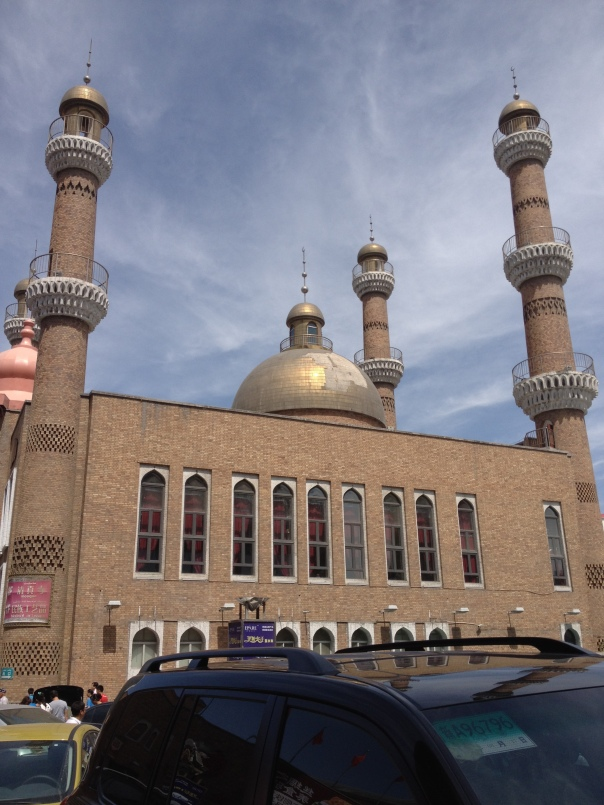תפילות יום שישי תחת אבטחה משטרתית כבדה (ולא העזתי לצלם את השוטרים) - המסגד הגדול באורומצ'י