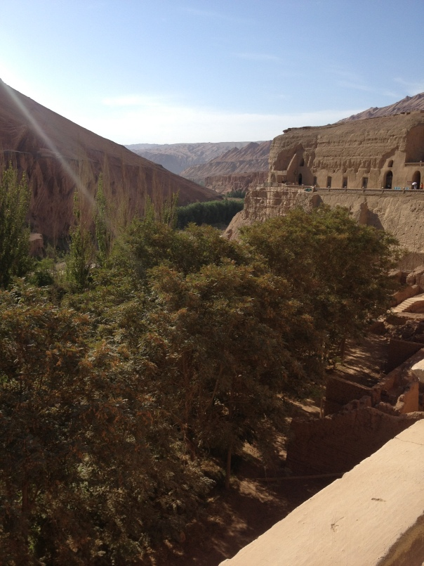 מידל-גראונד בין תרבויות המערות הבודהיסטיות העתיקות בבזקליק, ליד טורפאן