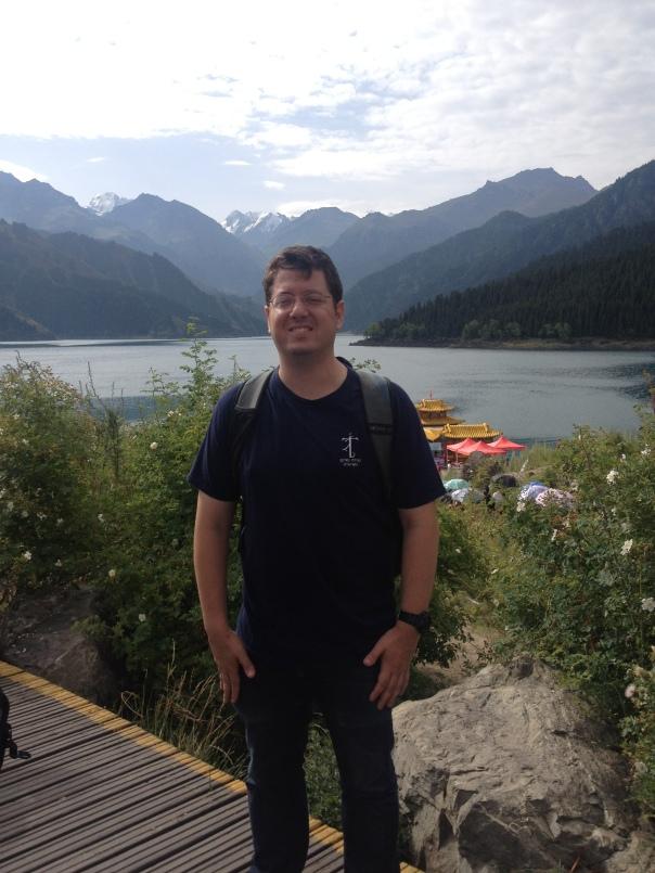 אני והרי טיין-שאן: ברקע, הפסגות המושלגות על רקע אגם השמיים