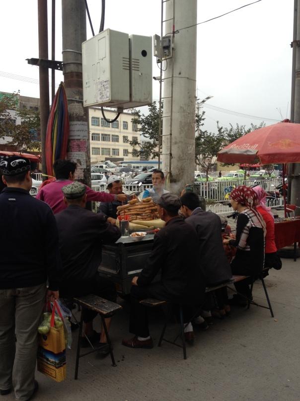 זכויות תרבותיות, העדפה מתקנת ודיכוי פוליטי - סועדים אויגורים בשוק של קשגר