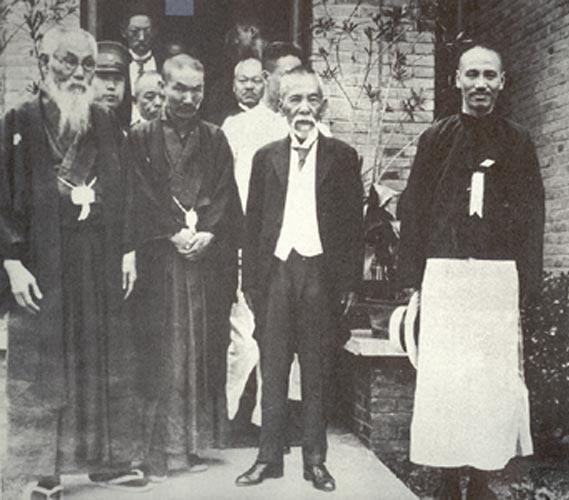 דקדוק מערבי, אוצר מילים סיני: שליט סין, גנרל ג'יאנג קאי שק (קיצוני מימין) בלבוש סיני מסורתי