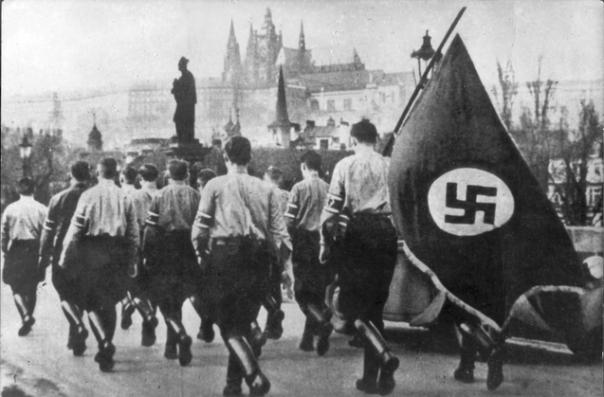 אם היינו נולדים שם במקרה, האם היינו נבלעים בהמון הזה? מצעד נאצי בתקופת הרייך השלישי