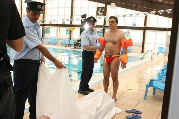 קו ישר מוביל לכישלון - אמג'ד מנסה להוכיח שערבים יודעים לשחות, ומסתבך עם המשטרה.