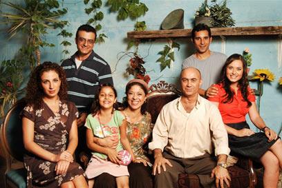 הקאסט של עבודה ערבית: מימין לשמאל, למעלה: מריאנו אידלמן (מאיר), נורמן עיסא (אמג'ד), מלמטה: מירה עוואד (אמאל), סלים דאו (אבו אמג'ד), סלווה נקארה (אום אמג'ד), פאטמה יחיא (מאיה) וקלרה ח'ורי (בושרה)