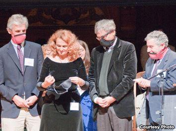 אורחאן פאמוק, חתן פרס נובל לספרות, מודד חזייה היכולה לשמש גם כמסיכת גז