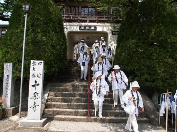 """מסלול הצליינות הנודע באי שיקוקו - יפן. מדריכי טיולים למסלול, שכוללים אטרקציות """"לא דתיות"""" רבות, מסתובבים ביפן במשך מאות שנים. תיירות פנאי היתה כה נפוצה ביפן המסורתית בקרב בעלי האמצעים, עד שאדונים פיאודלים ראו לנכון לפרסם חוקים שאוסרים על סמוראים לבקר באתרי תיירות כאשר הם נוסעים בדרכים מתוקף תפקידם."""