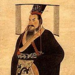 אחד מגיבוריו העיקריים של הספר - ג'נג מלך צ'ין, שאיחד את סין כולה ביד ברזל והפך לקיסר הראשון