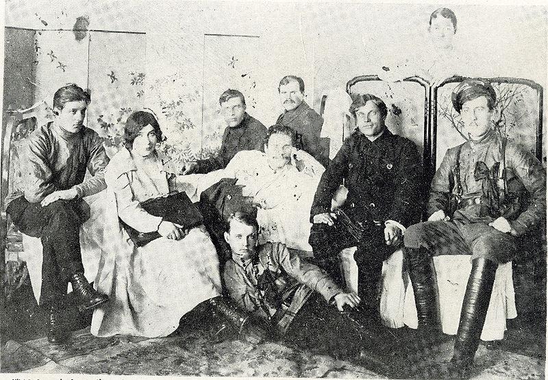 יאקוב טריפיאצין (במרכז, לבוש בלבן) עם אנשיו
