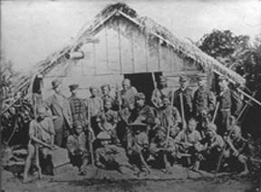 """הפלישה לטייוואן, 1874. מפקדי הצבא היפני מצטלמים עם """"ברברים נאים"""" באחד הכפרים."""