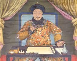 """הקיסר הסיני צ'יין-לונג, אחרון השליטים החזקים של שושלת צ'ינג. בסוף המאה ה-18, סירב צ'יין-לונג לסחור עם הבריטים בתנאים של שוויון, משום שהאמין ש""""ממלכת המרכז"""" הכניעה את כל אויביה וכעת היא לא צריכה לדאוג מברברים שוליים מקצה העולם."""