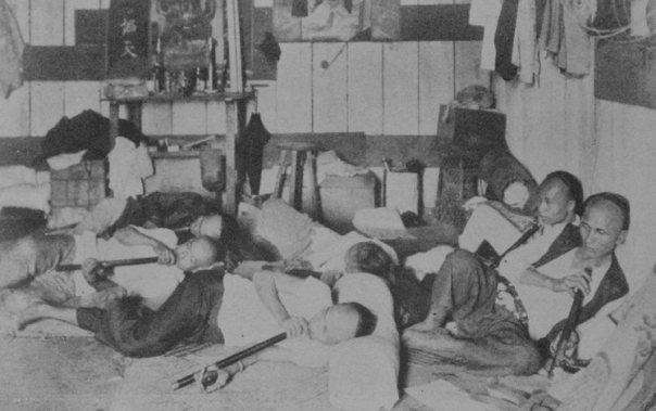 פועלים החליפו את בגדיהם האחרונים במנת סם - מאורת אופיום סינית