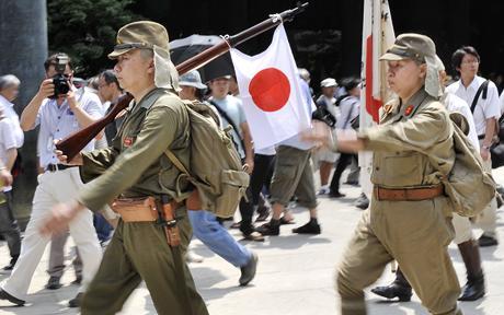 ותיקי מלחמה יפנים צועדים במקדש יסוקוני