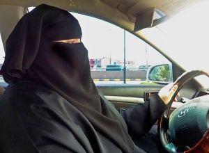 """מרד הנהיגה - אישה סעודית נוהגת בהפגנתיות בניגוד לחוק, במהלך שהתפרש כמרד נגד """"הסדר של פייסל"""""""