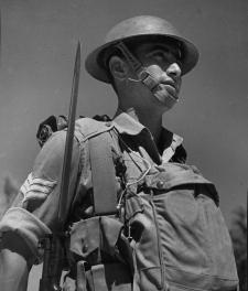 ראה את משפחתו נטבחת מול עיניו - מרדכי מקלף במדי הצבא הבריטי