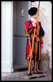 פחות מוצלח כמגן האמונה - שומר שוויצרי בכניסה לותיקן