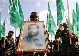 האסטרטג של חמאס: חמוש מחזיק את תמונתו של אבראהים מקאדמה, לאחר שחוסל בידי ישראל