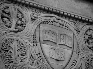 מדיניות אפליה מתקנת - סמל אוניברסיטת הרווארד