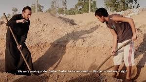 """חיילים מצבא אסד, שנפלו בידי דאע""""ש, חופרים את קבריהם שלהם. ג'בהת א-נוסרה, לעומת זאת, הכריזה על מדיניות של יחס הוגן לשבויים."""