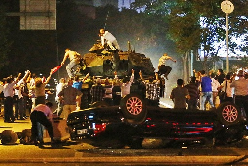 Turkey-Military-Coup-Détat-People-Taking-Over-Military-Tank