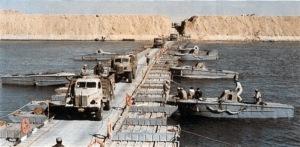 חזרו על המבצע עד הפרט האחרון - חיילים מצרים חוצים את תעלת סואץ ב-1973